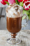 Irish coffee op houten lijst Royalty-vrije Stock Afbeelding