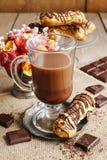 Irish coffee op houten lijst Stock Foto's