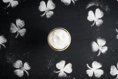 Irish coffee su fondo nero immagini stock