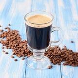 Irish coffee su un fondo di legno blu fotografie stock