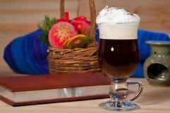 Irish coffee sul fondo di natale fotografia stock