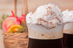 Irish coffee sul fondo di natale immagini stock