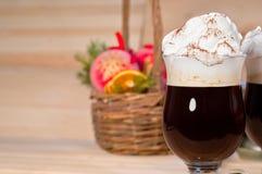 Irish coffee sul fondo di natale fotografia stock libera da diritti