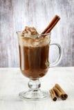 Irish coffee sulla tavola di legno fotografia stock libera da diritti