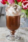 Irish coffee sulla tavola di legno immagine stock libera da diritti