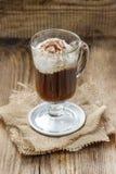 Irish coffee sulla tavola di legno immagini stock libere da diritti