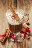 Irish coffee sulla tavola di legno immagini stock