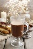 Irish coffee sulla tavola di legno fotografie stock libere da diritti