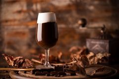 Irish coffee sulla tavola di legno fotografia stock