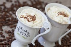 Irish coffee in tazze bianche immagini stock