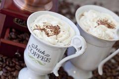 Irish coffee in tazze bianche immagine stock