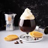 Irish coffee in un vetro fotografia stock libera da diritti