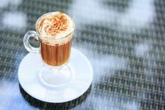Irish coffee in una barra all'aperto Concetto della festa di St Patrick H fotografia stock libera da diritti