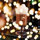 Irish coffee in una barra Concetto della festa di St Patrick Priorità bassa di festa fotografie stock libere da diritti