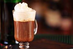 Irish coffee in una barra Concetto della festa di St Patrick Sedere di festa fotografie stock