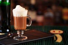 Irish coffee in una barra Concetto della festa di St Patrick Sedere di festa fotografia stock