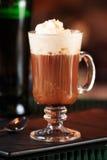 Irish coffee in una barra Concetto della festa di St Patrick Sedere di festa immagini stock