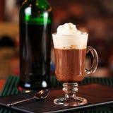 Irish coffee in una barra Concetto della festa di St Patrick Sedere di festa immagine stock libera da diritti
