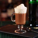 Irish coffee in una barra Concetto della festa di St Patrick Sedere di festa fotografia stock libera da diritti
