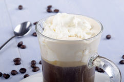 Irish coffee in una tazza di vetro immagine stock