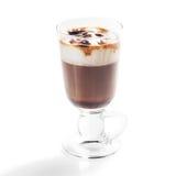 Irish coffee in vetro isolato su fondo bianco fotografia stock