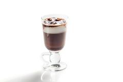 Irish coffee in vetro isolato su fondo bianco immagini stock libere da diritti