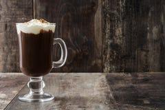 Irish coffee in vetro su legno immagine stock libera da diritti