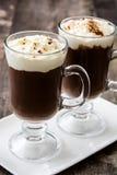 Irish coffee in vetro su legno fotografie stock