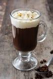 Irish coffee in vetro su legno fotografie stock libere da diritti