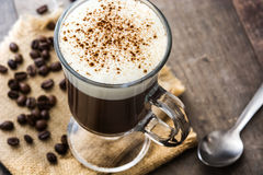 Irish coffee in vetro su legno fotografia stock libera da diritti