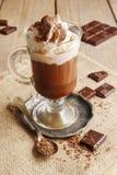 Irishcoffee auf Holztisch Stockfotografie