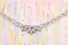 Irisierende Kristallhalskette auf Kunsthintergrund Stockbilder