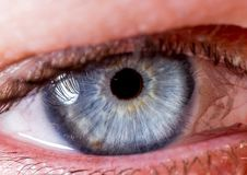 Irisphotographie Naher Makroschuß eines Augapfels Blau und Gelb halb geschlossen stockbild