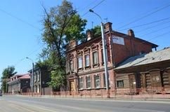 Irkoetsk, Rusland, 29 Augustus, 2017 Oude historische huizen op Timiryazev-straat in de zomer royalty-vrije stock afbeeldingen