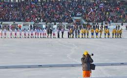 Irkoetsk, Rusland - 23 Februari, 2012: De Russische en teams van Zweden vóór gelijke op Internationaal kampioenschap op vrouwen b Royalty-vrije Stock Foto's