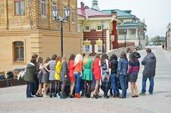 Irkoetsk, Rusland - mag, 18 2015: Een groep meisjes en fotograaf op de straat in de stad van Irkoetsk Royalty-vrije Stock Foto