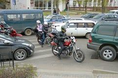 Irkoetsk, Rusland - mag, 18 2015: Motoren tussen auto's op stadsstraat in Irkoetsk Stock Foto's
