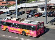 Irkoutsk, Russie, août, 29, 2017 Le trolleybus était dû arrêté à la rupture de la ligne de tramway Photographie stock libre de droits