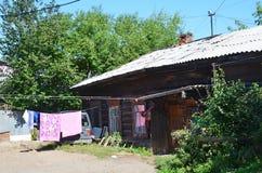 Irkoutsk, Russie, août, 29, 2017 Vieilles maisons résidentielles en bois sur la rue de Baikalskaya Photo stock