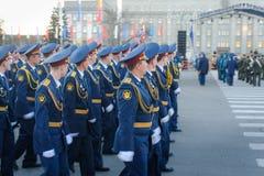 IRKOUTSK, RUSSIE - 7 MAI 2015 : Défilé de répétition Image stock
