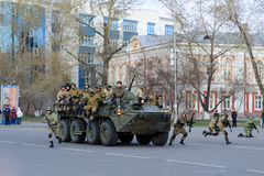 IRKOUTSK, RUSSIE - 7 MAI 2015 : Défilé de répétition Photo stock