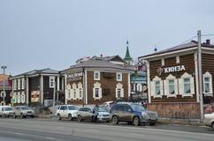 Irkoutsk, Russie, mars, 03, 2017 Voitures dans vieux dénommé 130 quarts de Th à Irkoutsk près de la maison et du restaurant Kinza Photos libres de droits