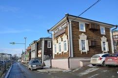 Irkoutsk, Russie, mars, 03, 2017 Voitures dans vieux dénommé 130 quarts de Th à Irkoutsk près de la maison de gâteau de café Photos stock