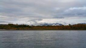 Irkut河在秋天在西伯利亚 库存图片