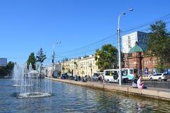 Irkutsk, Rússia, agosto, 29, 2017 Povos que andam perto da fonte na rua de Lenin em Irkutsk no verão foto de stock royalty free