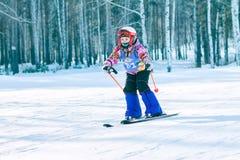 Irkutsk, Rússia - 12 de fevereiro de 2017: Competição do slalom snowboar Fotos de Stock