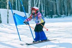 Irkutsk, Rússia - 12 de fevereiro de 2017: Competição do slalom snowboar Fotografia de Stock Royalty Free