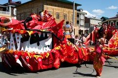 Irkutsk, Rússia - junho, 01 2013: Parada do dia da cidade em ruas de Irkutsk Imagens de Stock Royalty Free
