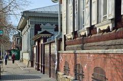 Irkutsk, Rússia, março, 16, 2017 Arquitetura de madeira da rua de eventos de dezembro em Irkutsk Imagens de Stock Royalty Free