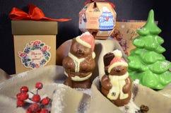 Irkutsk, Rússia - novembro, 09 2016: Ursos de peluche do chocolate - decoração de Santa Clauses e do Natal Imagens de Stock